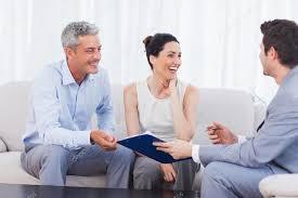 vendeur et les clients parler et rire ensemble sur le canapé