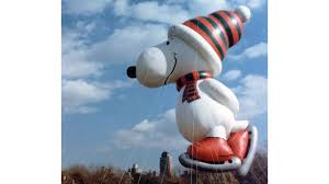 snoopy gets a lift in macy s thanksgiving parade abc news