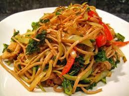 comment cuisiner des nouilles wok de nouilles soba au poulet et chou kale lacath au four et au