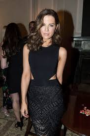 kate beckinsale just chopped her famous long hair off glamour