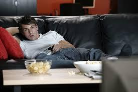 dans le canapé drame à peine installé dans le canapé il doit se relever pour