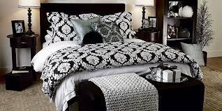 chambre a coucher noir et gris literie le beige et le noir donnent le ton michèle laferrière