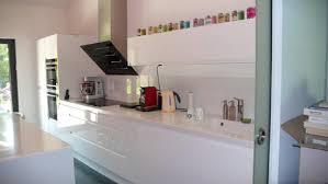 cuisine laque blanc cuisine blanche brillante simple plan de travail stratifi blanc