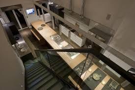 escalier entre cuisine et salon escalier noir en longueur parrallèle à l îlot cuisine