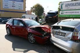 porsche family car vilniuje po automobilių susidūrimo u201eporsche u201c pakibo ant laiptų delfi