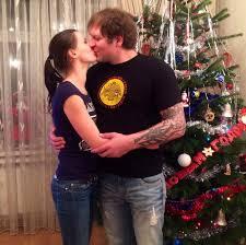 aleks emelianenko kissing wifey at xmas tree pic