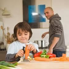 cuisine avec enfant les enfants qui cuisinent moins difficiles à table famili fr