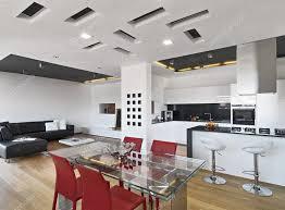 cucina sala pranzo vista all interno della sala da pranzo e sulla cucina foto stock