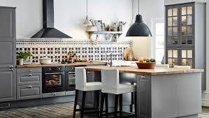 ikea küche grau große küche mit kücheninsel und barhockern u a mit faktum