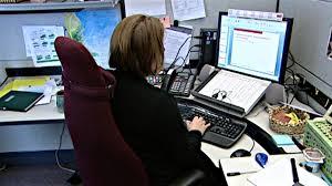 emploi de bureau des agents de probation menottés à leur bureau ici radio
