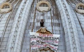 alla cupola di san pietro roma l imprenditore scende dalla cupola di san pietro sky tg24