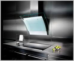 hotte cuisine verticale hotte de cuisine murale avec éclairage intégré design original