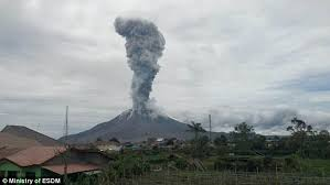 indonesian volcano mount sinabung explodes daily mail online
