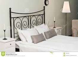 Schlafzimmerm El Betten Geschmiedetes Bett Mit Kissen Stockfotos Bild 13894023