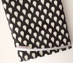 nappe ronde tissu enduit nappe ronde en toile cirée noir et blanc a motif gouttes en