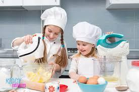cuisiner avec des enfants cuisiner avec ses enfants kiddymiam