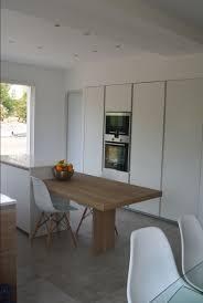 mat en bois 10 idées de cuisines aux meubles laqués blancs et bois les