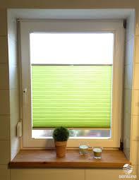rollos für badezimmer grüner farbtupfer im badezimmer mit einem sichtschutz plissee