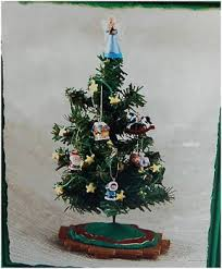 2002 tree with decorations hallmark display