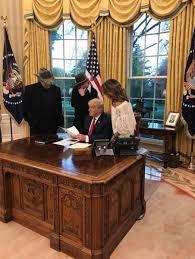 trump s desk shauna on twitter