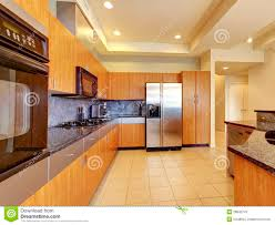 plafond cuisine grands cuisine en bois moderne avec le salon et à haut plafond
