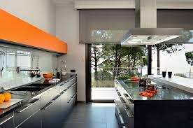 negru si oranj pentru un interior modern si plin de caldura