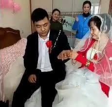 nikahi nenek ekspresi pemuda di hari pernikahan ini jadi viral