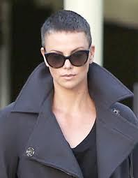 coupe cheveux gris charlize theron les cheveux gris et rasés coupe courte
