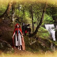 amanda knox poses bizarre red riding hood photoshoot