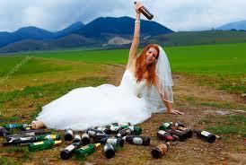 concept mariage ivre avec beaucoup de bouteilles de bière vide dans le paysage de