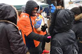 feeding the homeless on thanksgiving broncos players spend off day helping those in need