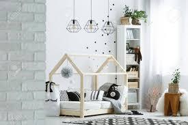 modele chambre enfant chambre enfant avec mur de briques les lit et tapis de modèle