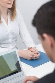 sexe au bureau employé de bureau de sexe masculin avec l ordinateur portable image