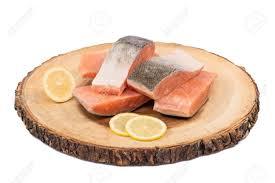 cuisiner poisson congelé filets de poisson saumon congelé avec des tranches de citron isolés