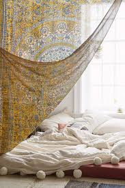 decorate with tapestry