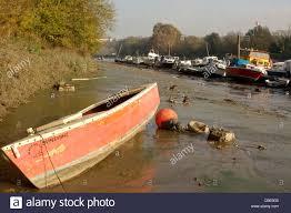 themse gezeiten london ein kleines boot befindet sich in sehr niedrigen gezeiten entlang