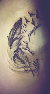 frase con tatuaggio di piuma alis volat propriis lifestyle