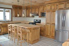 armoire de cuisine en pin noueux noir usé et teint couleur doré