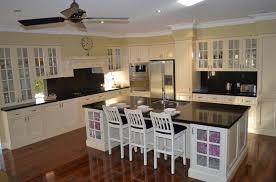 comptoir de cuisine noir comptoir lisse en granit noir île bois marron foncé poêle acier avec