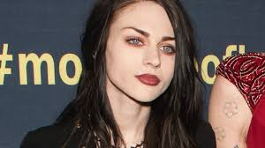 frances bean cobain finds comfort in mom courtney love amid