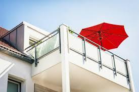balkon sonnenschirm rechteckig auf dem balkon