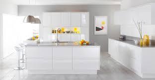 cuisine blanche moderne design interieur cuisine blanche mobilier laqué déco jaune soleil