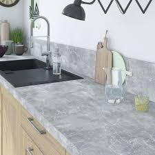 cuisine effet beton plan de travail effet béton gris clair sur meuble bois clair with