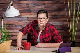 lesbienne bureau femme garçonne surpris en chemise de flanelle sur téléphone