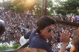 massive crowd outside mannat to wish shah rukh khan happy birthday