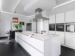 kche wei mit holzarbeitsplatte arbeitsplatte küche weiß für große küche gestalten mit küchentisch