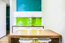 chambre d hote avec kitchenette vert espace salle à manger avec coin cuisine en chambre d hôtel