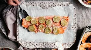 comment cuisiner un saumon entier saumon entier à partager salade de betteraves bagels et fromage à