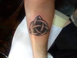 удивительный светящиеся кельтский узел татуировка на нижней части