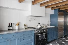 fliesen küche wand bunte küche kabinett design mit holz fliesen und weiße wand